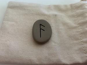 La rune Ansuz, Os, Ass, Aesir, Ansur, Ansus, As, Aza, Easc, Oss symbolise la parole, connaissance et sagesse, la culpabilité.