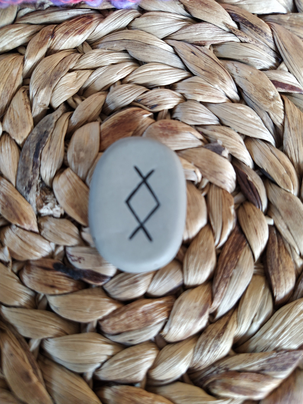 La rune Eihwaz, Eihwas, Yr, Eoh, Ihwaz, Eo, Erwaz, Ezck, Ihwar, Iwas, Iwar, Xeoh est associée à la déesse Hel.