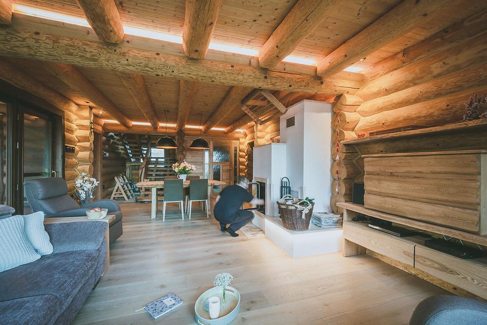 osvetlenie obývačky zrubu LED rímsa svetelné stropy