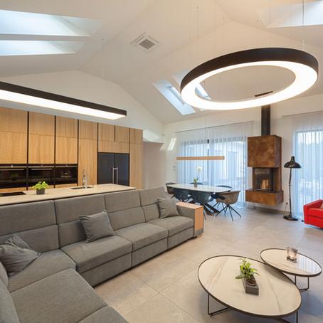 📷 3D prehliadka: Závesné osvetlenie ako dizajnová dominanta obývacej izby v Nitre