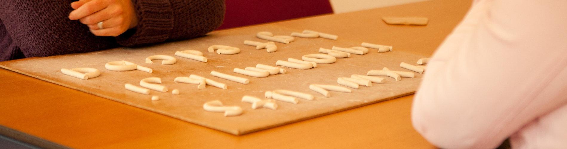 alfabet op tafel.jpg