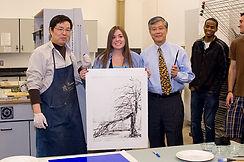 43 2010 03 国家博物馆副馆长陈履生到版画工作室做凹版画.jpg
