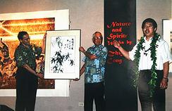 23 2002 04 夏威夷东西中心主席和理事长在丛个展开幕式上.jpg