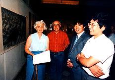 09 1989 布鲁明顿市长和好朋友葛良彦在他的画展上.jpg