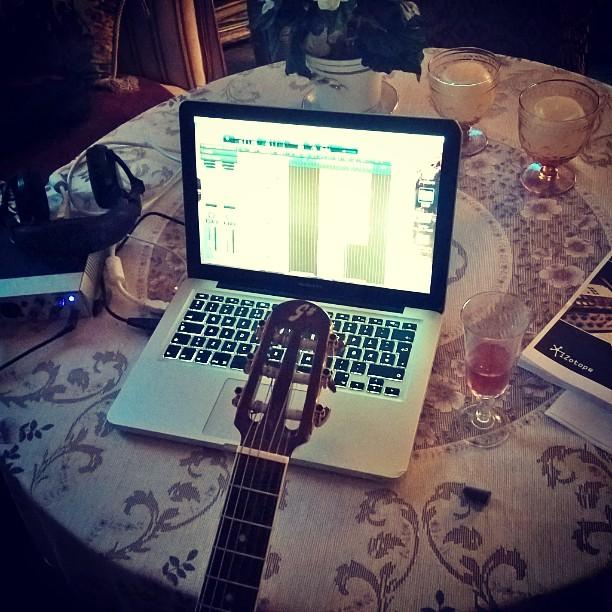 Ferieoppsett på beste plassen _#låtskriving #tono #pastellresortet #Dyrøya #bjørnvang #Songwriting #