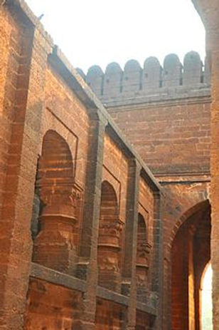 220px-Garh_Darwaja_(Small_Gateway_of_Bis