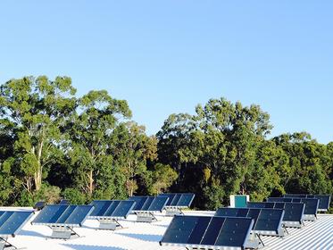 Esses painéis solares que captam água podem ser a solução para crises hídrica e energética