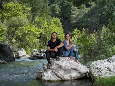Tuğba Günal em campanha para proteger rios e árvores de usinas hidrelétricas