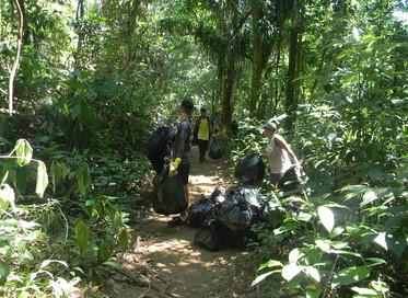 Mutirão de limpeza, promovido pelo Inea, recolhe cerca de 40 quilos de resíduos de área protegida na
