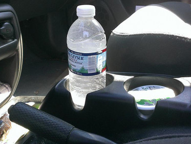 Uma garrafa de água pode incendiar o seu carro?