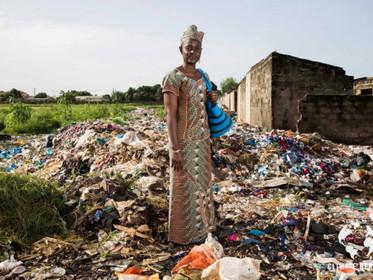 A rainha da reciclagem na África: Isatou Ceesay