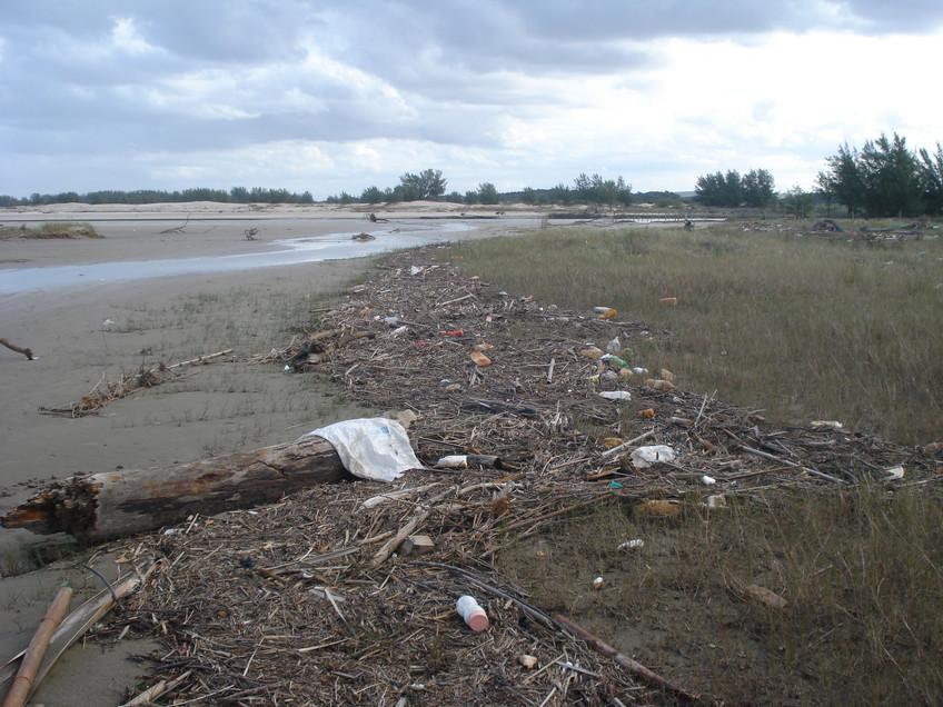 2 Lixo na foz do Rio Urussanga -Praia do