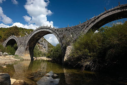Фотообои. Фрески. Картины. Арочный каменный мост. Греция