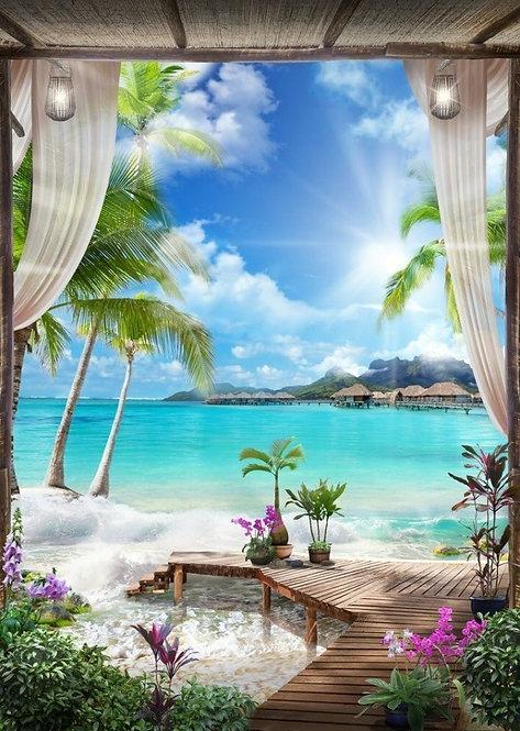 Вид на море и пальмы из старой арки через шторы с фонариками