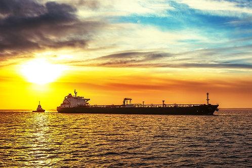 Буксир выводит танкер в море на рассвете