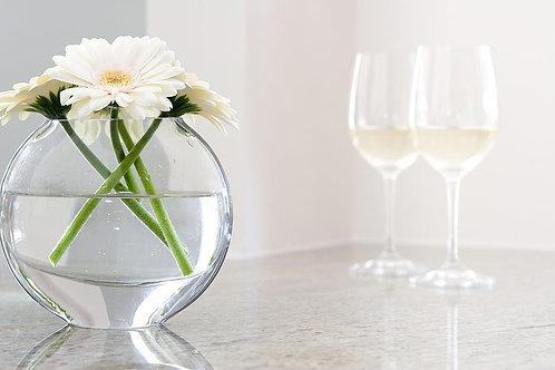 Белые герберы в стеклянной вазе