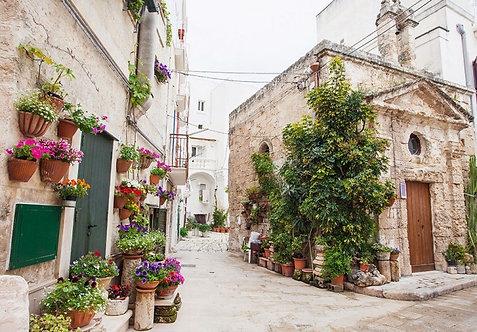 Улица с цветами в Италии