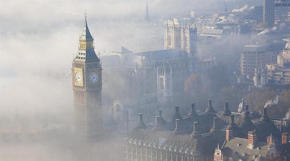 Вестминстерский дворец в тумане с видом на озеро с неба