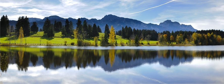 Панорамный пейзаж с лесом, горами и озером в Баварии - Германия