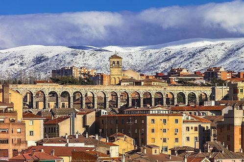 Сеговия с римским акведуком и горами