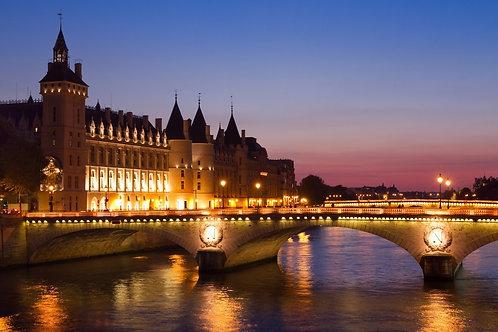 Мост через Сену в ночном Париже