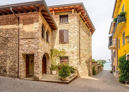 Вид городка Сирмионе и озеро Гарда в Италии