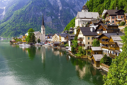 Изумрудное озеро и прекрасный городок Халльштатт в австрийских Альпах