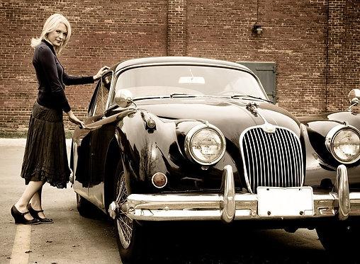 Блондинка и ретро-автомобиль