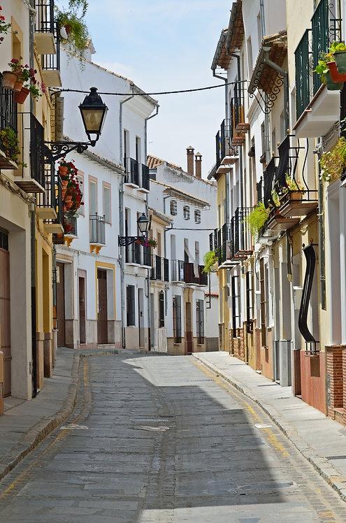 Узкая солнечная улица в древнем испанском городе Гранада