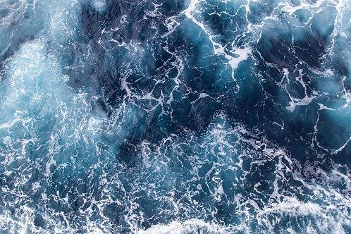Голубая морская волна с пеной