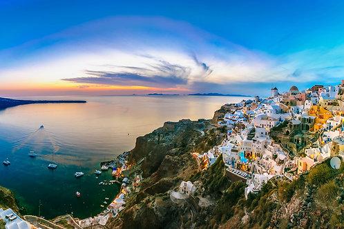 Панорамный вид Ия на Санторини с белыми домами и ветряными мельницами