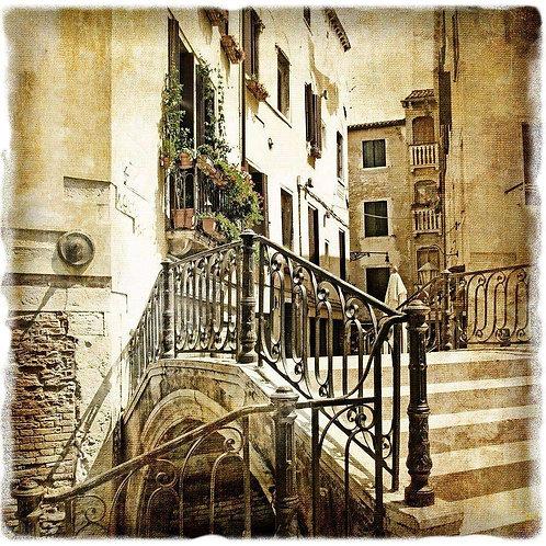 Улочка старой Венеции в стиле ретро