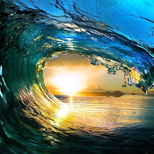 Гребнистая красочная волна океана во время заката