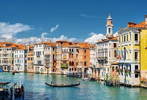 Красочные фасады старых средневековых домов на Гранд-канале в Венеции