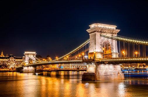 Ночной вид Цепного моста в Будапеште - Венгрия