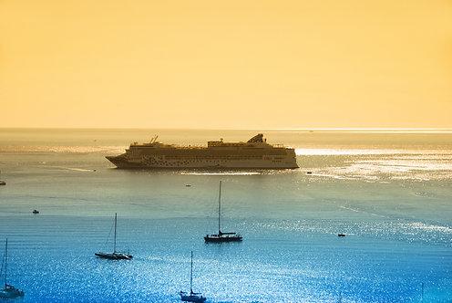 Круизный лайнер в море