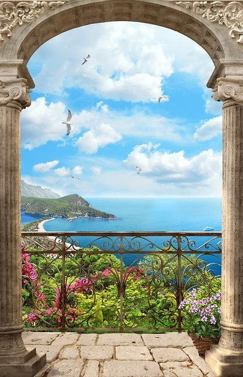 Вид на море с балкона через арку