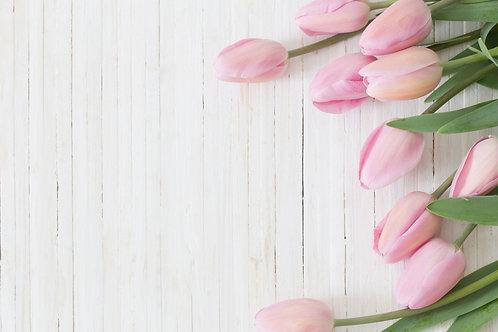 Розовые тюльпаны на фоне деревянных досок
