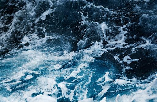 Волны с пеной в океане