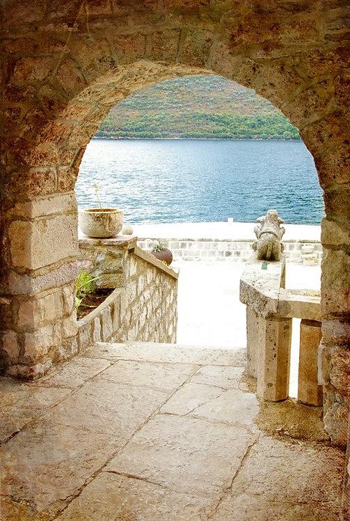 Вид на Средиземное море через арку