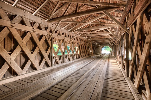 Старый крытый мост в парке Милл Бридж штата Уотсон, США