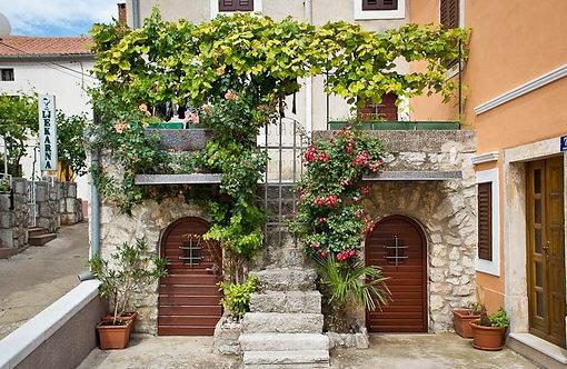 Двери и балконы в цветах в традиционном средиземноморском доме
