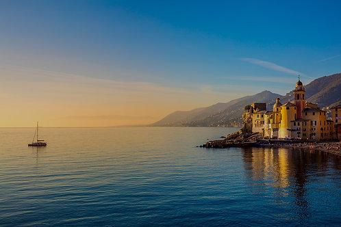 Средиземное море на рассвете, маленький старый город и яхта - Италия