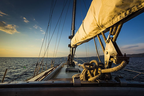 Вид с борта яхты на закат в море