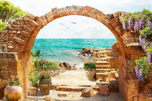 Вид на море через старую каменную арку
