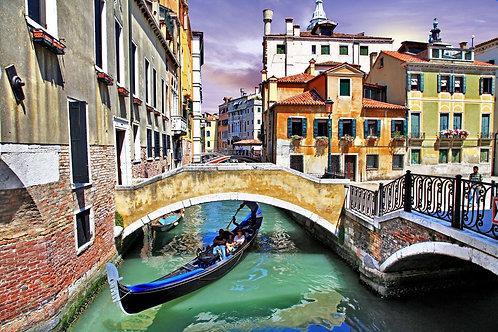 Венецианский канал с гондолой