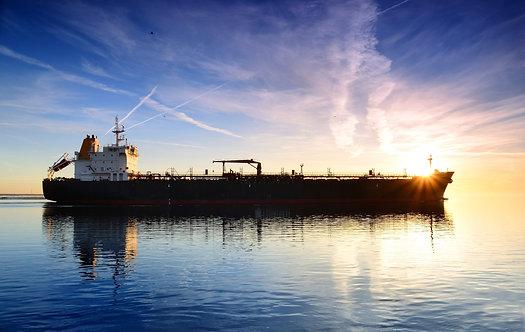 Грузовое судно на фоне красочного заката