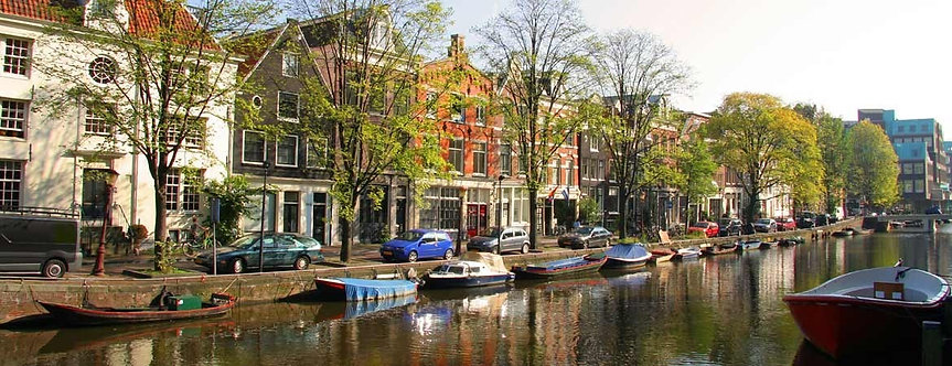 Панорамный вид лодок на канале в Амстердаме