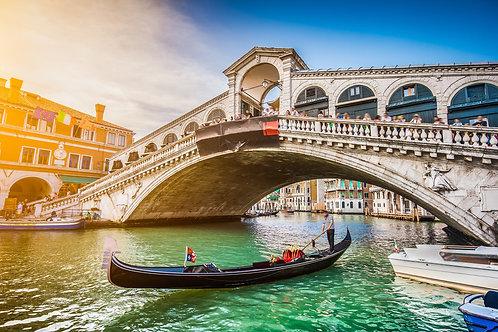 Гранд-канал и и мост Риальто на закате в Венеции