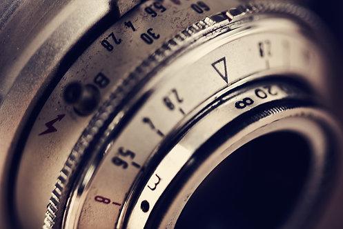 Объектив старой фотокамеры крупным планом в винтажном стиле